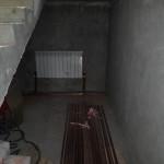 Установка радиатора под лестницей